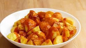 Patatas Bravas . comida madrileña que irá directo al paladar